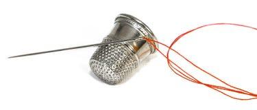 Aguja y cuerda de rosca del dedal Foto de archivo