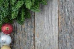 Aguja y ornamentos del pino de la Navidad en una madera rústica Foto de archivo libre de regalías