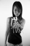 Agujas asiáticas de la inyección de la explotación agrícola de la muchacha Imagen de archivo libre de regalías