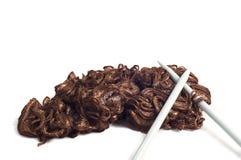 Agujas de costura con la bufanda marrón aislada en blanco Fotografía de archivo