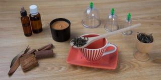 Agujas de la acupuntura, hierbas, taza, aceite, foto tradicional del concepto de la medicina china de TCM Fotografía de archivo