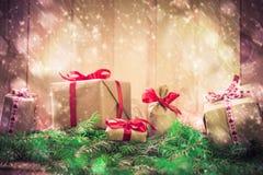 Agujas de los regalos de la Navidad de los días de fiesta que nievan que vienen Foto de archivo libre de regalías