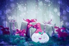 Agujas del reno de los regalos de la Navidad de los días de fiesta que nievan que vienen Fotos de archivo
