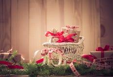 Agujas del trineo de los regalos de la Navidad de los días de fiesta que nievan que vienen Foto de archivo