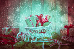 Agujas del trineo de los regalos de la Navidad de los días de fiesta que nievan que vienen Fotografía de archivo libre de regalías