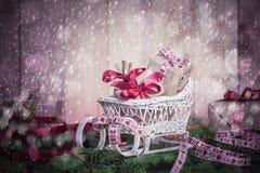 Agujas del trineo de los regalos de la Navidad de los días de fiesta que nievan que vienen Foto de archivo libre de regalías