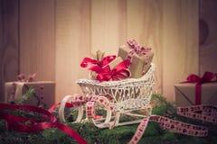 Agujas del trineo de los regalos de la Navidad de los días de fiesta que nievan que vienen Imagen de archivo