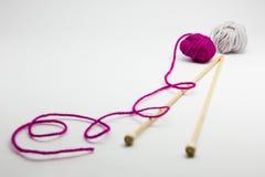 Agujas que hacen punto y bolas del hilado de lanas Imagenes de archivo
