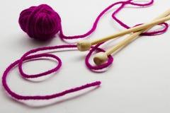 Agujas que hacen punto y bolas del hilado de lanas Imagen de archivo libre de regalías