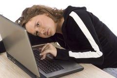 Agujereado/cansó al adolescente femenino en la computadora portátil Fotos de archivo