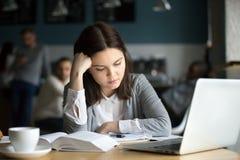 Agujereado del estudiante milenario cansado que estudia difícil que asiste Fotos de archivo libres de regalías