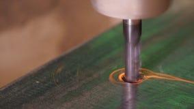Agujeree la perforación en el metal Primer de la perforación en taller del metal El empleado perfora adentro la placa de acero pl fotos de archivo libres de regalías