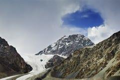 Agujero azul en cloudscape de la montaña Fotografía de archivo