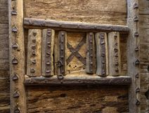 Agujero cerrado del pío en puerta de madera rústica Fotos de archivo libres de regalías