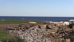Agujero costero escénico del golf almacen de metraje de vídeo