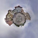 Agujero cuadrado de la bola del cielo nublado del pueblo del panorama que señala por medio de una bandera alrededor Imágenes de archivo libres de regalías