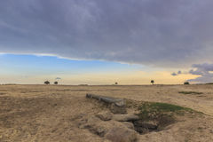 Agujero de agua abandonado en el desierto azerbaijan Imagen de archivo libre de regalías