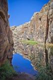 Agujero de agua ocultado en desierto imagen de archivo libre de regalías