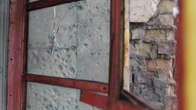 Agujero de bala en una ventana de cristal en un edificio abandonado en Chernóbil, Pripyat, la Ucrania almacen de metraje de vídeo
