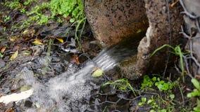 Agujero de dren corriente de agua de lluvia almacen de metraje de vídeo