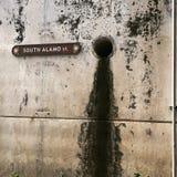 Agujero de dren del sur del St de Álamo Imagen de archivo