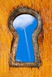 Agujero de la cerradura con el cielo azul Imagen de archivo libre de regalías