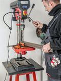 Agujero de perforación en perfil del metal foto de archivo