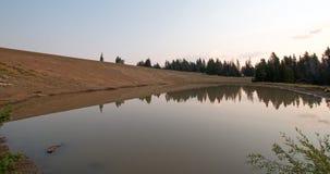 Agujero de riego salvaje del juego en la salida del sol en Rocky Mountains central en Montana los E.E.U.U. Fotos de archivo