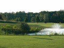 Agujero del campo de golf con la fuente Imagen de archivo libre de regalías