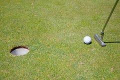 Agujero del golf con la bola y el indicador Imágenes de archivo libres de regalías