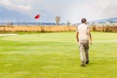 Agujero del golf de la bandera roja Imagenes de archivo