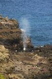 Agujero del soplo a través de rocas en Maui Fotografía de archivo libre de regalías
