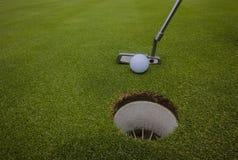 Agujero del verde de la bola del Putter del golf Imagen de archivo libre de regalías