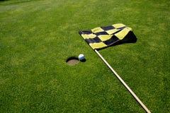 Agujero e indicador del golf. Imágenes de archivo libres de regalías