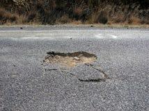 Agujero en betún en la carretera nacional en Australia Fotos de archivo libres de regalías