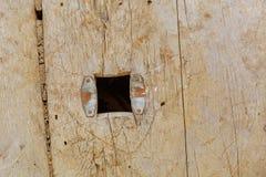 Agujero en el tablero de la madera resistida vieja fotos de archivo