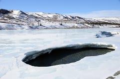 Agujero en hielo del río de Alaska durante la desintegración del resorte Imagen de archivo libre de regalías