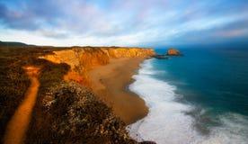 Agujero en la playa Santa Cruz de la pared imagen de archivo