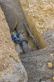 Agujero en la tierra con el tubo de agua Foto de archivo libre de regalías