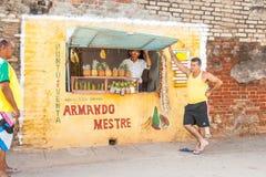 Agujero en tienda de la fruta de la pared con la muestra española Foto de archivo libre de regalías