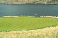 Agujero verde del lago course del golf   Fotos de archivo libres de regalías