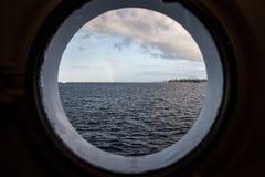 Agujero y océano del puerto Imagenes de archivo