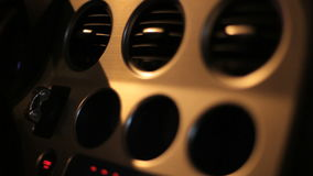 Agujeros de ventilación en el tablero de instrumentos de aluminio del coche Desviación del aire en consola del coche almacen de video
