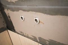 Agujeros del abastecimiento de agua en la pared durante la reparación interior Imágenes de archivo libres de regalías