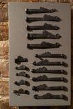 Agujeros y manijas viejos - entrada de madera de la puerta en las paredes de ladrillo - manijas hechas del metal imagen de archivo