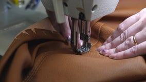 agulha da m?quina de costura no movimento uma costureira costura o couro preto em uma oficina costurando Agulhas da m?quina de co video estoque