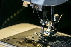 Agulha de aço com pé do looper e do presser do close-up da máquina de costura foto de stock royalty free