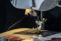 Agulha de aço com pé do looper e do presser da máquina de costura fotografia de stock royalty free