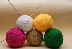 A agulha de confecção de malhas, faz crochê e lãs Fotografia de Stock Royalty Free