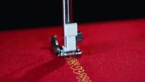 Agulha de costura do teste padrão na costura do movimento lento Feche acima da costura da agulha de costura filme